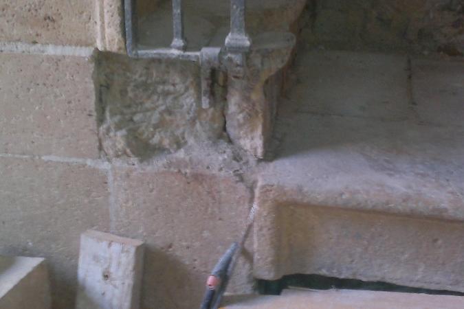 Carencia en piedra y mensula tallada