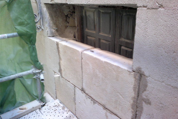 Colocacion piedra en antigua ventana