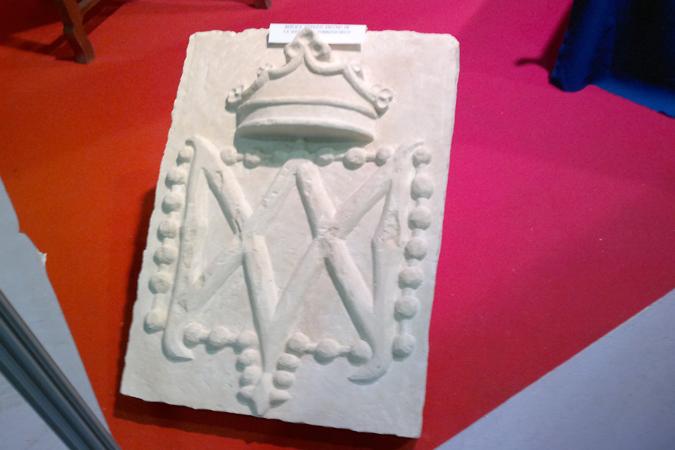 Replica en piedra del escudo de la Virgen del Rosario (Torrepacheco)